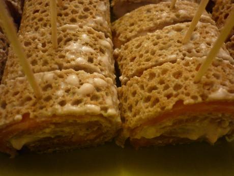 Roulés de galette de blé noir, au saumon, groseilles et ricotta