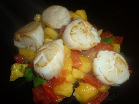 Salade de noix de Saint Jacques à la mangue et aux tomates